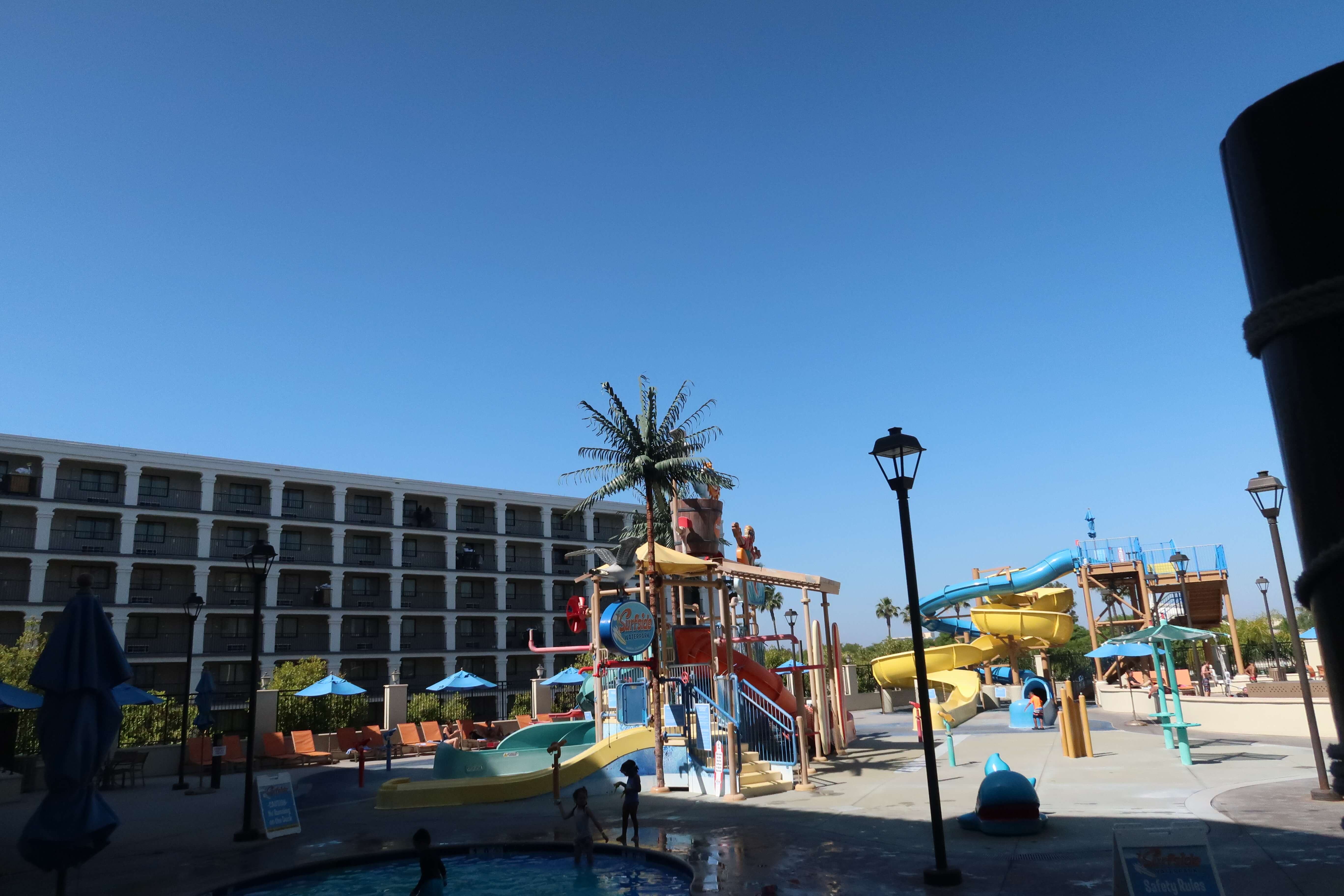 Pool at Courtyard Anaheim Theme Park entrance and Waterpark Resort within walking distance of Disneyland